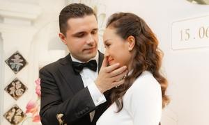 Phương Mai được chồng lau nước mắt trong lễ rước dâu