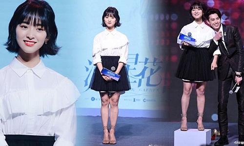 Thẩm Nguyệt có khuôn mặt xinh đẹp nhưng đôi chân và phần eo khiến nữ diễn viên mất điểm khi tham gia sự kiện.