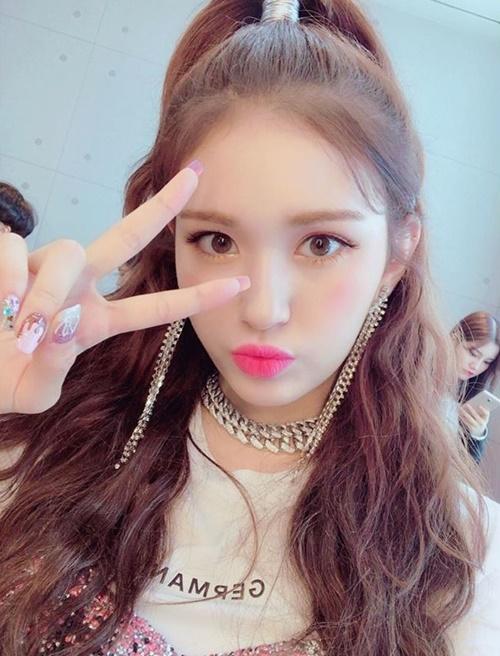 Jeon Somi xinh đẹp trong hậu trường buổi diễn debut trên Show! Music Core.