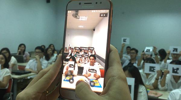Giáo viên sử dụng điện thoại có đã cài đặt ứng dụng Plickers.