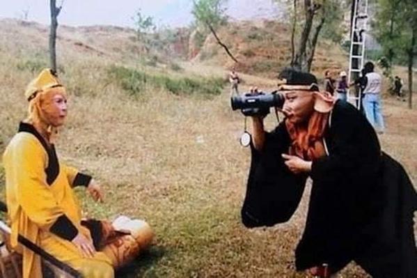 Trư Bát Giới thể hiện tài năng nghệ thuậtcủa mình khi ghi hình cho Tôn Ngộ Không trên phim trường Tây Du Ký 1986.