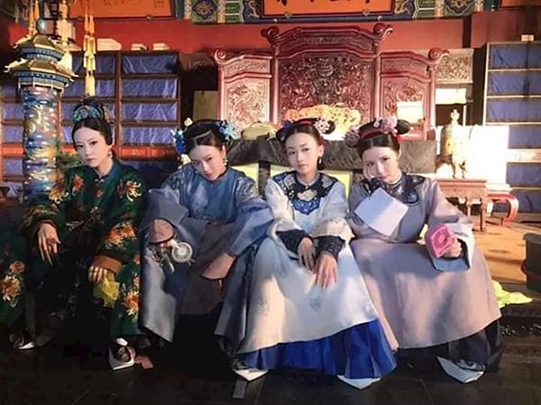 Team Diên Hy công lược ngồi giải lao trong lúc đợi đến cảnh phim của mình. Trên phim phải đấu đá với nhau nhưng ở ngoài, các diễn viên đều đồng lòng tạo dáng chụp ảnh. Tạo hình cực ngầu của các chị em khiến khán giả cười bò.