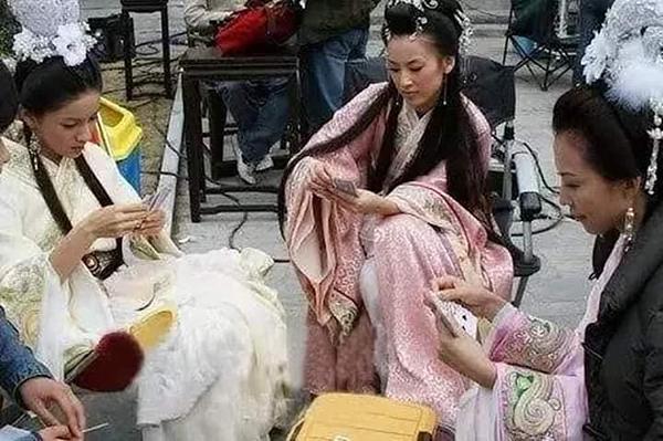 Bộ ba diễn viên của Thiên tiên phối đã chọn cách giết thời gian bằng việc lập sòng bài ngay trên trường quay. Có thể thấy các nàng tiên vô cùng tập trung cho ván bài của mình.