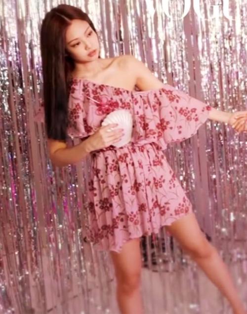 Xuất hiện trên ảnh bìa tạp chí Vogue số tháng 7/2019 cùng các thành viên Black Pink, Jennie gây chú ý khi diện chiếc đầm lệch vai họa tiết hoa khá đắt đỏ giá 5.120 USD, hơn 119 triệu đồng. Thiết kế này giúp
