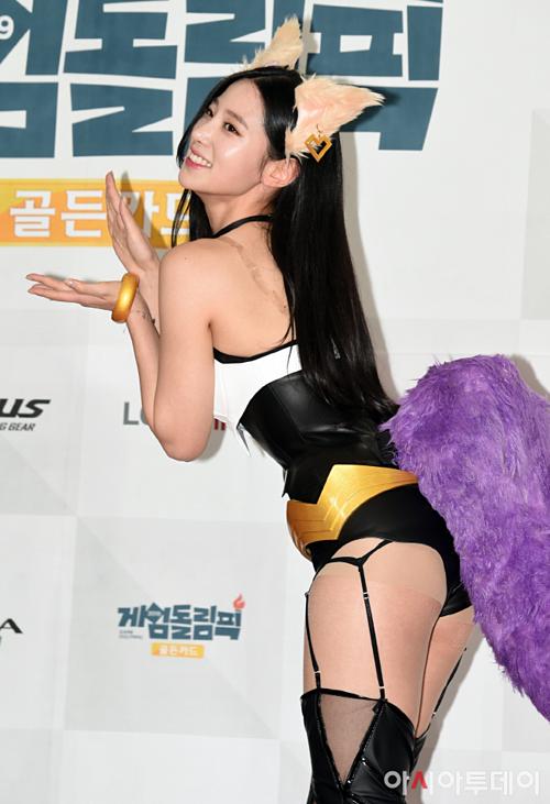 Thiết kế nóng bỏng của outfit gây tranh cãi trên nhiều diễn đàn. Netizen Hàn cho rằng đây là một bộ trang phục quá hở hang, phản cảm.