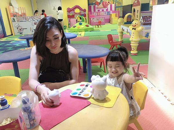 Trở về sau chuyến công tác Trung Quốc, Hồng Quế đưa con gái đi chơi.