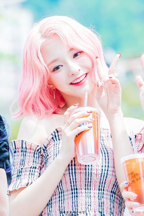 Nữ idol tóc hồng nổi như cồn vì nhan sắc như nhân vật bước ra từ game - 2
