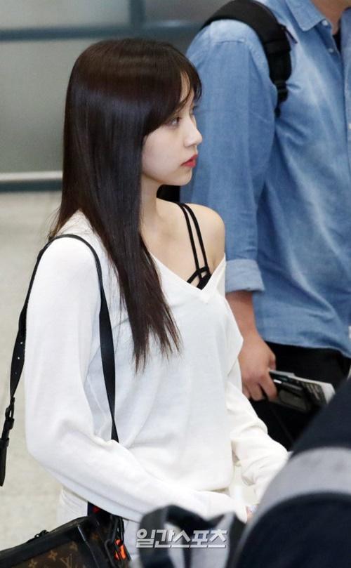 Rosé xinh đẹp như công chúa Disney, Tzuyu bị chụp ảnh dìm ở sân bay - 6