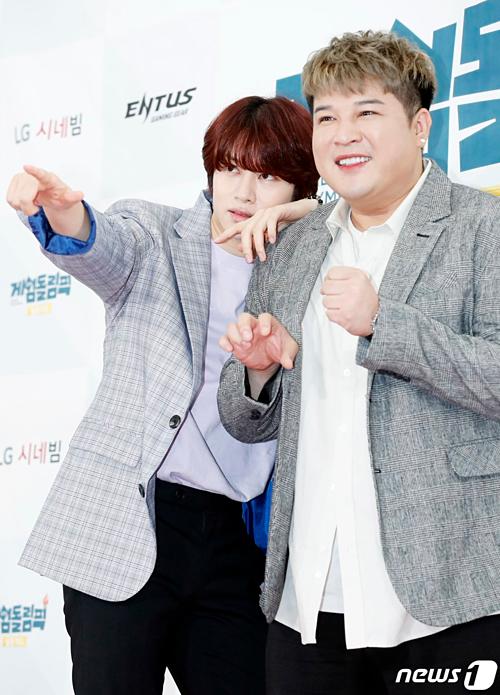 Hee Chul và Shin Dong (Super Junior) tạo dáng hài hước.