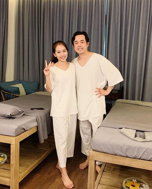 Vợ chồng Dương Khắc Linh - Duyên Sara rủ nhau đi spa.