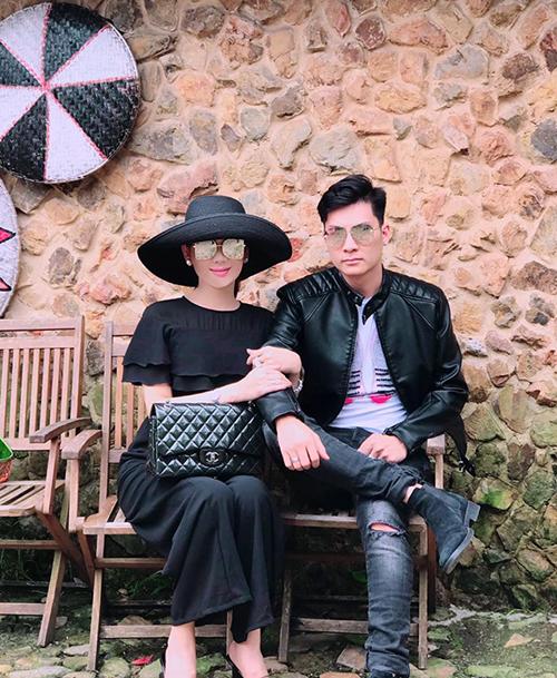 Lâm Khánh Chi và ông xã mặc tông xuyệt tông đồ đen dạo chơi Đà Lạt.