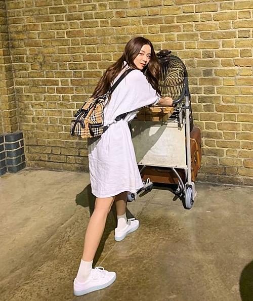 Dù có nhiều kiểu ba lô đắt đỏ nhưng món đồ đến từ nhà mốt nước Anh vẫn song hành cùng Ji Soo trong nhiều hoàn cảnh, tạo điểm nhấn cho những trang phục đơn giản.