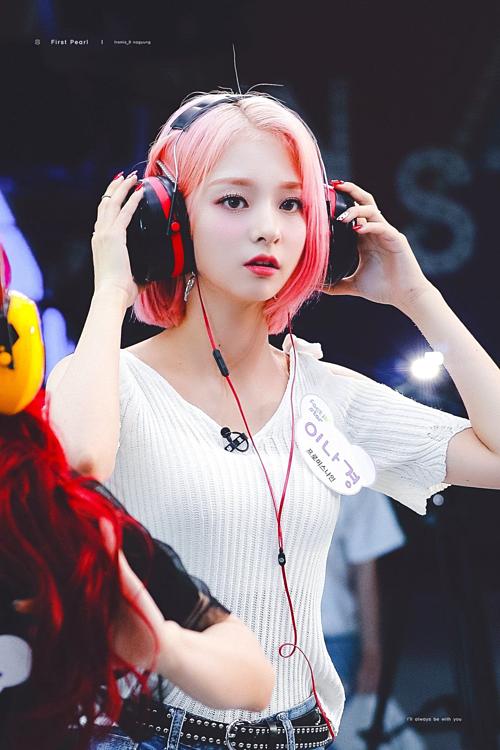 Nữ idol tóc hồng nổi như cồn vì nhan sắc như nhân vật bước ra từ game