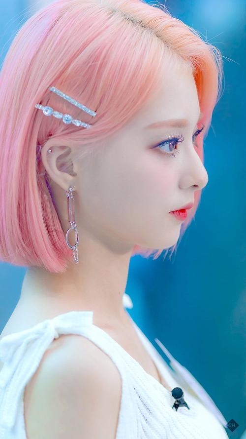 Nữ idol tóc hồng nổi như cồn vì nhan sắc như nhân vật bước ra từ game - 1