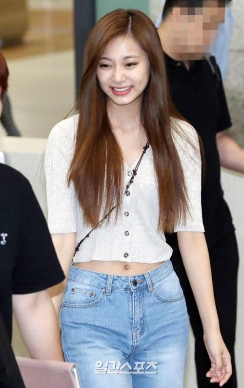 Rosé xinh đẹp như công chúa Disney, Tzuyu bị chụp ảnh dìm ở sân bay - 10