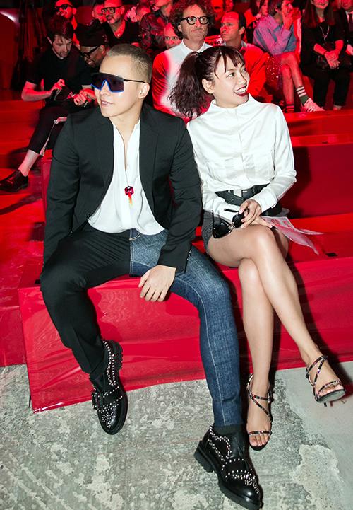 Vũ Khắc Tiệp ngồi hàng ghế đầu xem show cùng stylist Phương Paris.