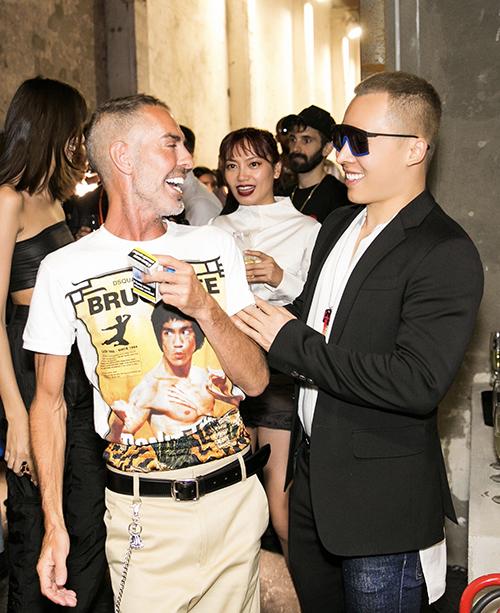 Thân thiết với 2  nhà thiết kế sinh đôi của thương hiệu Dsquared2 Dan - Dean ( đây là lần thứ 3 liên tiếp Vũ Khăc Tiệp được mời tham gia Milan fSW của thương hiệu này.
