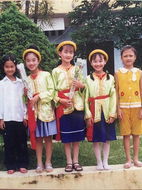 Bảo Thanh (thứ hai từ phải sang) trong một lần đi diễn văn nghệ tại trường tiểu học.