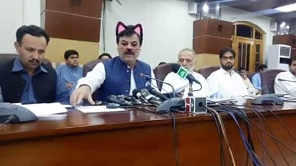 Chính trị gia Shaukat Yousafzai hóa mèo trong buổi họp báo.