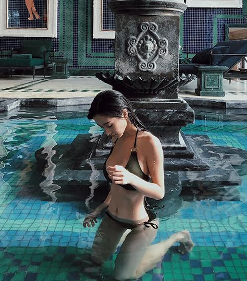 Jun Vũ diện bikini khoe eo thon.