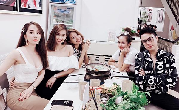 Quỳnh Nga mặc sexy đi ăn cùng hội chị em thân thiết.