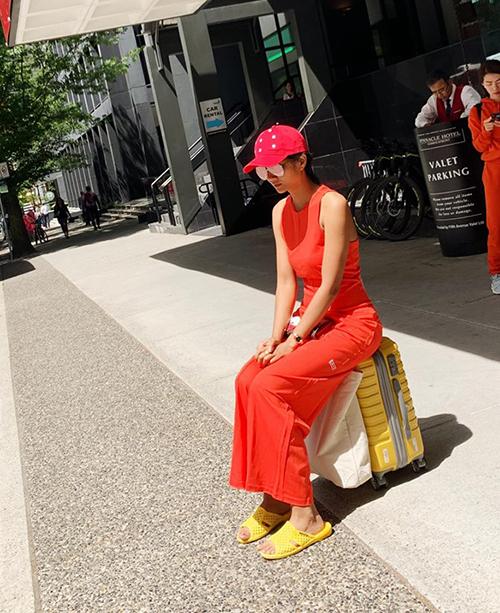 Ra sân bay từ Canada về Việt Nam, HHen Niê tiếp tục đi dép tổ ong dù trước đó gây nhiều tranh cãi.