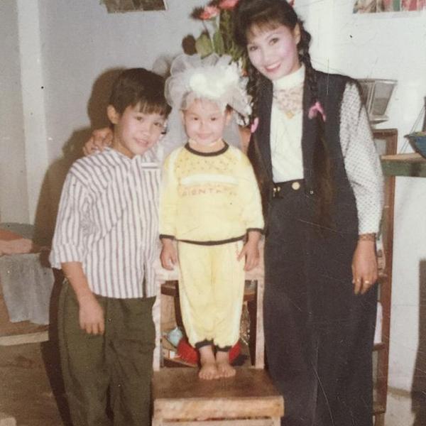 Bảo Thanh (giữa) tên thật là Vũ Phương Thanh, sinh năm 1990 ở Bắc Giang. Trong hình, cô được mẹ cho thử chiếc khoăn voan đội đầu của cô dâu ngày xưa.