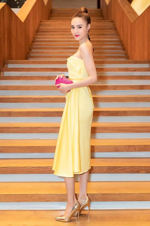Dù có những cách mix đồ không liên quan, ví dụ như váy vàng chanh đi cùng... clutch hồng chóe, Lan Ngọc vẫn được khen mặc đẹp.