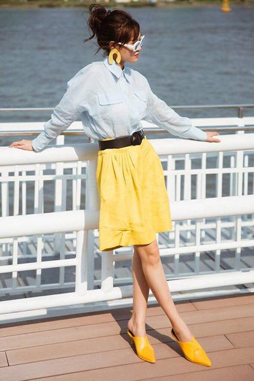 Bộ trang phục gồm áo xanh, váy vàng, giày cùng tông chói như Lan Ngọc đang mặc có thể biến người khác thành thảm họa.