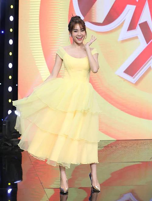 Tông màu vàng từ vàng mơ, vàng chuối đến vàng chanh cũng được Lan Ngọc thường xuyên diện. Kiểu váy bánh bèo bồng xòe như từ thập niên trước này không phải ai cũng mặc được.