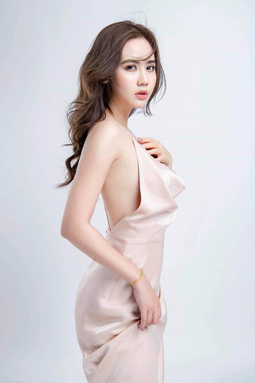 Huyền Lizzie tên thật là Phan Minh Huyền, sinh năm 1990. Cô thuộc lứa hot girl đời đầu của Hà Nội. Cô từng đảm nhậnvai chính trong các bộ phim nhưLời thú nhận của Eva, Cô hàng xóm rắc rối, Trái tim có nắng...
