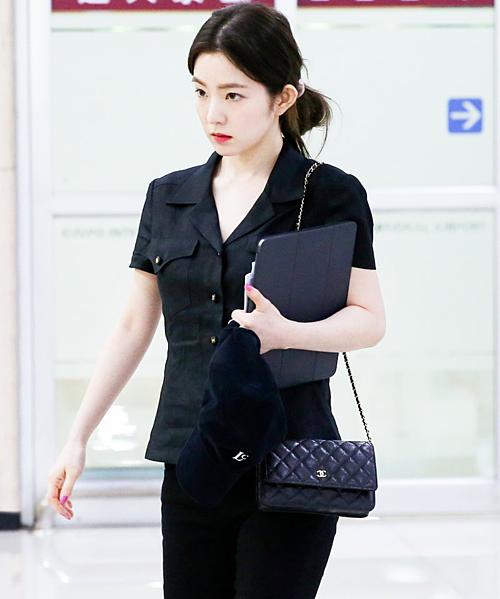 Mỗi lần ra sân bay, Irene đều lựa chọn trang phục và kiểu tóc đơn giản. Fan trầm trồ trước visual của cô nàng dù xuất hiện với diện mạo xuề xòa, giản dị.