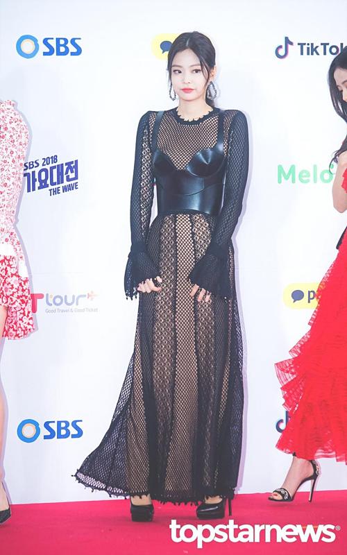 Là biểu tượng sang chảnh của Black Pink, cô nàng rất được stylist chăm chút mỗi lần dự sự kiện lớn. Jennie từngchiếm trọn spotlight tạithảm đỏ SBS Gayo Daejun 2018 với bộ đầm có thiết kế táo bạo.