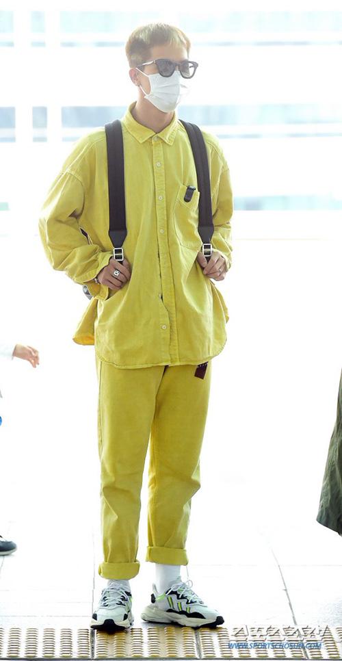 Mino (Winner) dùng khẩu trang che chắn kín mít khi ra sân bay. Các nghệ sĩ của YG đang gặp khó khăn vì scandal của công ty.
