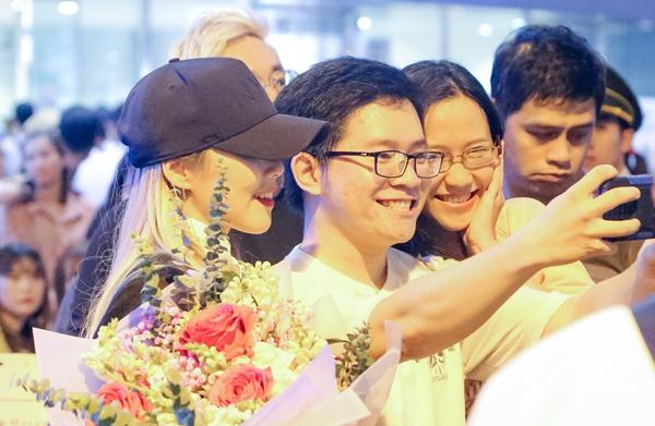 Diva đình đám xứ Kim Chi bất ngờ khi có không ít khán giả Việt Nam nhận ra và xin chụp ảnh kỷ niệm cùng.