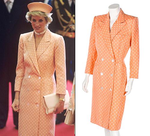 Chiếc váy cổ vest màu cam đào, họa tiết chấm bi ngọt ngào được mua lại với giá 116.765 USD. Công nương rất yêu thích thiết kếCatherine Walker