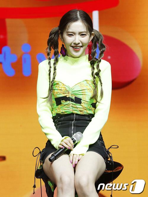 Stylist của Red Velvet tiếp tục sáng tạo ra những kiểu trang phục lạ mắt. Irene phải che chắn cẩn thận vì chiếc quần quá ngắn.