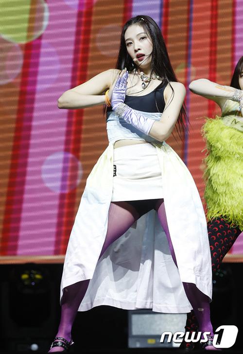 Đôi tất hồng không liên quan và kiểu váy 2 lớp của Joy cũng khiến người hâm mộ đau đầu. Các fan chỉ biết thở dài trước sự sáng tạo của stylist nhà SM.