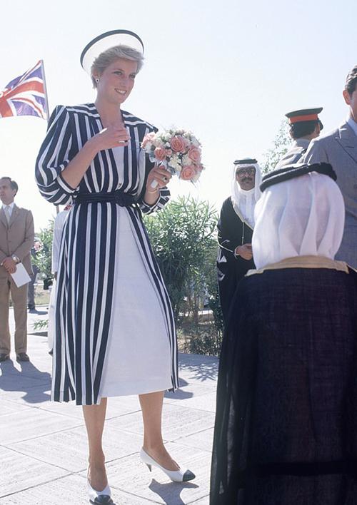 Trong một buổi đấu giá mới đây, bộ váy Công nương Diana từng mặc được bán với giá 106.000 bảng Anh (hơn 3 tỷ đồng). Đây là trang phục được bà diện trong một chuyến công tác hồi năm 1986, khi sánh đôi cùng Thái tử Charles.