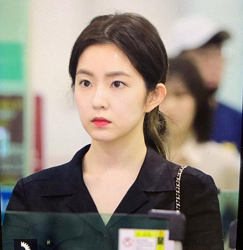 Mỗi lần ra sân bay, Irene đều lựa chọn những trang phục cùng kiểu tóc đơn giản. Tuy xuất hiện với diện mạo xuề xòa, cô nàng chưa bao giờ khiến fan thất vọng trước visual đỉnh cao.