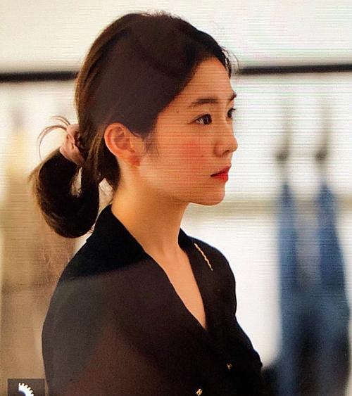 Một số bình luận: Mọi thứ trên gương mặt ấy đều đẹp. Ước gì tôi được sinh ra với gương mặt này; Irene có nhan sắc của một diễn viên; Vẫn rất xinh đẹp ngay cả khi mái tóc được buộc vội vàng; Mỗi lần Irene không kẻ mắt, cô ấy trông như nữ sinh vậy; Cô ấy như phiên bản trẻ của Moon Jung Won.Tôi cá là 10 năm nữa Irene vẫn không thay đổi là bao...