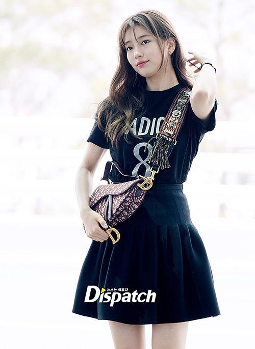 Suzy lên đường sang Singapore. Chỉ riêng chiếc áo phông đen của nữ ca sĩ có giá lên tới 860 USD (khoảng 20 triệu đồng), túi Dior giá 2.950 USD (gần 70 triệu đồng)