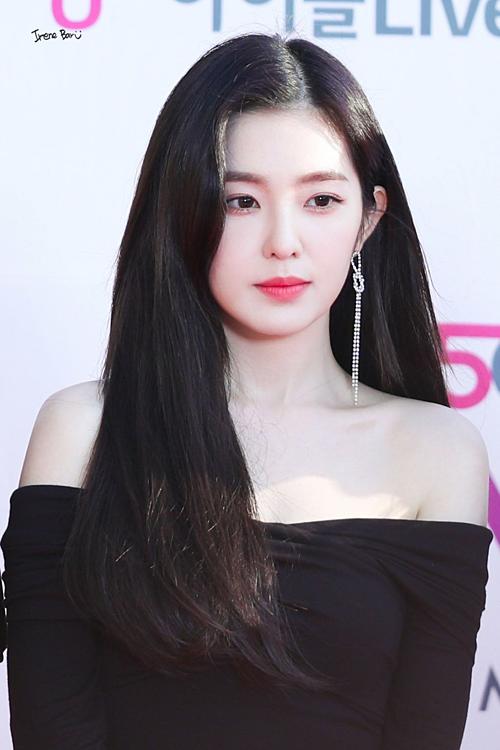 Gần đây, hình ảnh gợi cảm của Irene tại thảm đỏ The Fact Music Awards 2019 cũng khiến fan xiêu lòng.