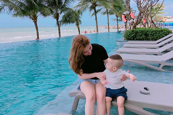 Hương Trần chia sẻ ảnh bình yên bên con trai, tiết lộ thấy nhẹ nhõm sau khi ly hôn Việt Anh.