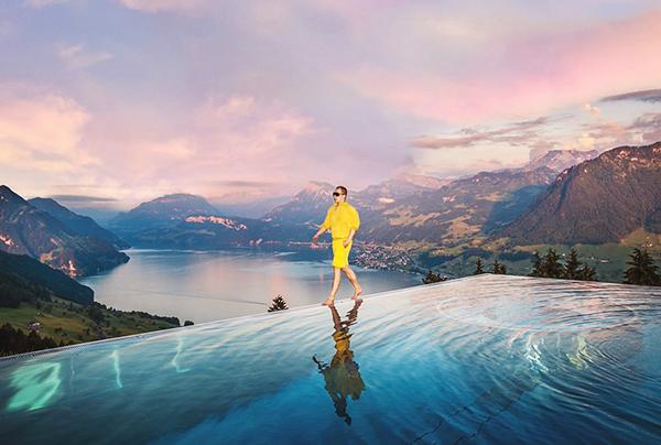 Vũ Khắc Tiệp đi du lịch sang chảnh, chụp hình ảo diệu trên bể bơi vô cực.
