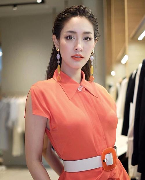 Phong cách tóc ướt cũng được Min Pechaya trưng diện không ít lần. Nữ diễn viên độc quyền đài CH7 toát lên vẻ sang chảnh, khí chất.