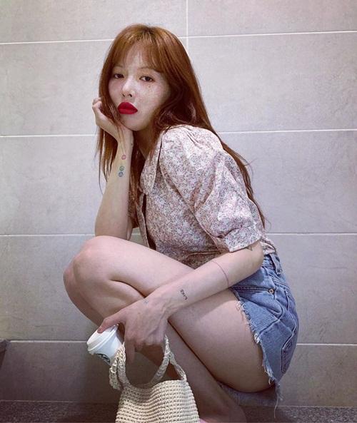 Hyuna tự tin tạo dáng với chiếc quần ngắn không đủ che hết vòng ba.