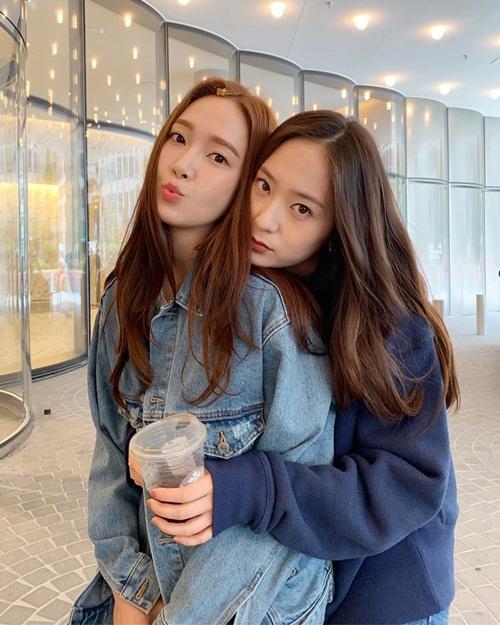 Krystal ôm chị gái Jessica từ phía sau đầy thân mật.