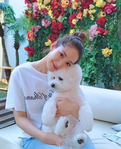 Park Min Young mặc áo phông quần jeans trẻ trung, búi tóc củ hành dễ thương bên cún cưng.