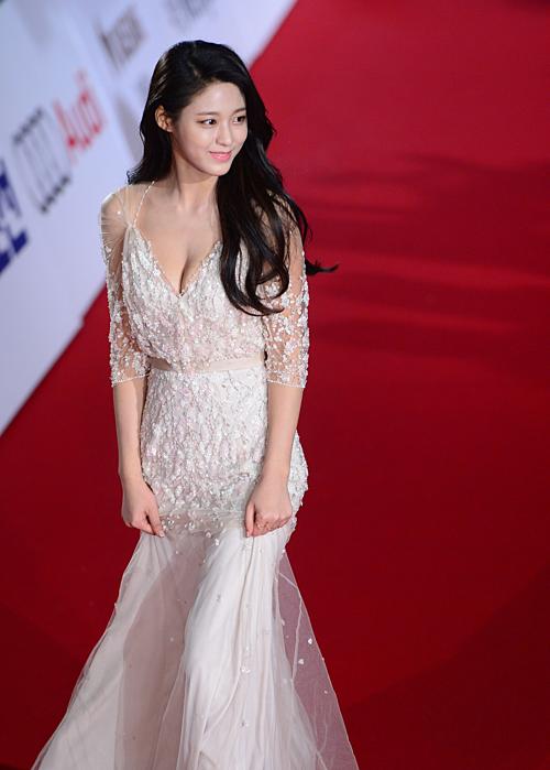 Những năm gần đây, mỗi lần xuất hiện tại các lễ trao giải, Seol Hyun (AOA) luôn là một trong những cái tên được quan tâm nhất. Cô nàng có khuôn mặt ngây thơ, hình thể nóng bỏng cùng thần thái của một nữ hoàng thảm đỏ.